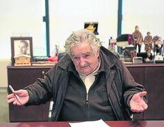"""23-nov-12 - El presidente de Uruguay, José """"Pepe"""" Mujica será el inspirador de un perfume exclusivo que se hará con las flores que el mandatario cultiva en la chacra de Rincón del Cerro, em el oeste de la capital del país, donde vive con su esposa, la senadora Lucia Topolansky: """"lo presidente tiene """"una filosofia de vivir sin lujo y por la esencia de la vida"""". Qien irá hacer el perfume será el artista uruguayo radicado en Espanha. Martin Sastre. Foto: EFE."""