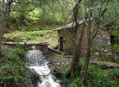El Molino de la Fuente del Oro es uno de los tres que ha restaurado el Ayuntamiento de Páramo del Sil y uno de los siete que dan cuenta del pasado agrícola del pueblo en tan sólo dos kilómetros. Aún funciona y su interior puede verse -