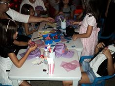 Crianças no stand da Oficina Infantil durante evento.