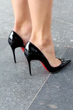 Beauty Fashion Shopping (Paula) in black patent Iriza 100s. Tacchi Close-Up. #Shoes #Heels Toe cleavage