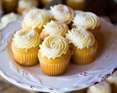 Cupcakes au chocolat blanc et vanille : http://www.cuisineaz.com/recettes/cupcakes-au-chocolat-blanc-et-vanille-79052.aspx