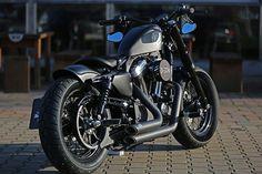 Mal wieder eine mattschwarze Sporty, gibt es davon nicht bereits genug? Die Antwort ist ganz eindeutig >>nein<<! Seht selbst, warum! Bei dieser Harley-Davidson Forty-Eight ist die Parole ganz klar >>dezent und edel<<.