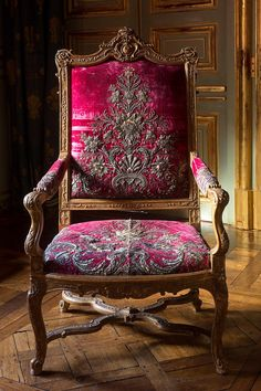 Antique French Furniture, Antique Chairs, Classic Furniture, Luxury Furniture, Vintage Furniture, Furniture Design, Elegant Sofa, French Chairs, Take A Seat