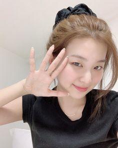 seulgi ♡ uploaded by 𖤐 on We Heart It Park Sooyoung, Kang Seulgi, Velvet Hair, Red Velvet Seulgi, Kim Yerim, Ulzzang Girl, Cute Hairstyles, Korean Girl Groups, Kpop Girls