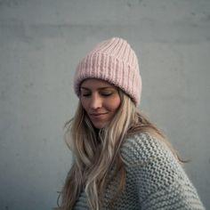 strikkeoppskrift lue dame Knit Beanie Pattern, Winter Warmers, Beanie Hats, Marshmallow, Knitted Hats, Knitting Patterns, Knit Crochet, Winter Hats, Model