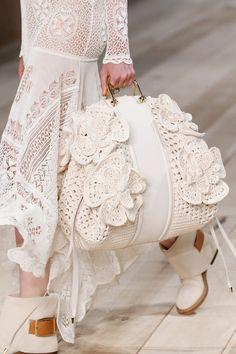 Borse moda Primavera Estate modelli must have - Pagina 2 Fashion 2020, Runway Fashion, Runway Shoes, Spring Bags, Gucci Dress, Crochet Purses, Knitted Bags, Fashion Bags, Versace