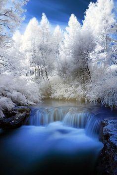 Vesiputous talvimaisemassa