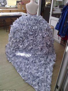 El vestido de novia hecho a base de documentos de divorcio