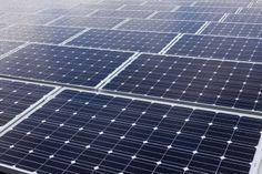 Wat zie je hier? Dit zijn een heleboel zonnepanelen! Maar wat heeft dit nou te maken met een alternatieve energiebron? Deze zonnepanelen warmen water op met E (licht), zonder dat het een tussenstap heeft. Dit opgewarmd water kan weer gebruikt worden voor stoomenergie bijv. Er is een andere manier om E (licht) te gebruiken, dit kan met zonnecellen (denk aan het blauwe stripje dat je ziet op een rekenmachine) die het zonlicht rechtstreeks omzetten in elektriciteit.