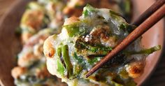 野菜と納豆で作るヘルシーおつまみ。すりおろした長いもを焼くことでもちもちに仕上がります。