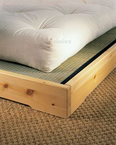 [Letto Nokido] Le splendide venature del legno massello di pino scandinavo sono perfette per portare il tradizionale Tatami giapponese nella tua casa moderna. (The beautiful grain of Scandinavian solid pine wood are perfect for bringing the traditional Japanese Tatami in your modern house.) #Cinius
