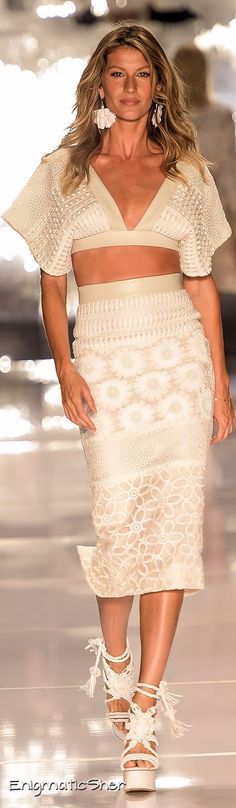 Colcci Spring Summer 2015 Ready-to-Wear - this would look great also on a curvy girl! I like for a summer night or vacay