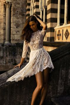 You can look great and stylish with sexy lace dresses. The great thing about lace is that it add feminine aura to any dress. You can still look great without having to look cheap or cheesy. Street Mode, Street Style, White Lace, White Dress, Vestidos High Low, Robes Glamour, Fashion Beauty, Womens Fashion, Girl Fashion