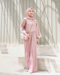 So happy dapet pretty dress lagi buat kondangan dari I'm in lo… So happy can be pretty dress again for the occasion of I 'm in love! Hijab Gown, Hijab Style Dress, Casual Hijab Outfit, Hijab Chic, Hijab Dress Party, Kaftan Modern, Dress Muslim Modern, Muslim Dress, Kebaya Modern Hijab
