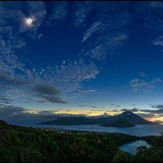 provocative-planet-pics-please.tumblr.com SOL OSCURO SOBRE TERNATE En este paisaje matutino un Sol oscurecido flota en un cielo sereno por encima de una región volcánica. La espectacular fotografía se hizo durante el eclipse solar total de esta semana desde un lugar de la estrecha pista de la totalidad de la sombra oscura de una Luna nueva. En primer plano está la isla indonesia de Ternate (Maluku del Norte). El cielo sin embargo sigue brillando cerca del horizonte oriental más allá de los…