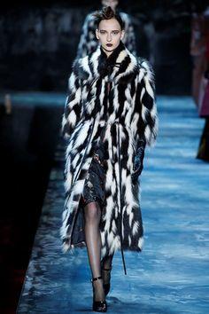 Marc Jacobs Fall 2015 Ready-to-Wear Collection - Vogue Fur Fashion, Runway Fashion, High Fashion, Fashion Show, Fashion Design, Fashion Details, Marc Jacobs, Jacquemus, Vogue