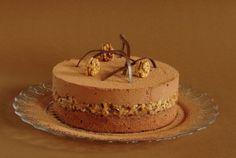 pastel de chocolate con frutos secos en caramelo