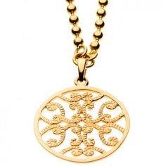 Die filigrane aber auffällige Kugelkette mit Ornament von Maija Design bezaubert durch einen verspielten, orientalischen Look. Das Ornament ist auf der Vorderseite geriffelt und an einer 90cm langen stylischen Kugelkette angebracht.