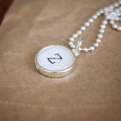 Enkelt halsband med bokstav i liten ram.  #bokstav #halsband #smycken #handgjordasmycken #bildsmycken #namnsmycken #personligasmycken #ljuvligating