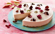Blød rabarbermousse på knasende sprød kiksebund. En imponerende dessert som kan laves i god tid -  og serveres direkte fra køleskabet!