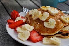 strawberry banana pancakes - love the heart shaped banana slices! Valentines Day Food, Valentines Breakfast, Birthday Breakfast, Breakfast And Brunch, Breakfast Recipes, Perfect Breakfast, Breakfast Pancakes, Romantic Breakfast, Banana Breakfast