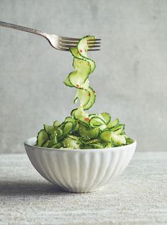 Gurkensalat Rezept mit Sesam aus Ricardos Buch Plus de légumes. Salad Recipes Healthy Lunch, Salad Recipes For Dinner, Chicken Salad Recipes, Healthy Snacks, Vegan Recipes, Creamy Cucumber Salad, Creamy Cucumbers, Manger Healthy, New Pressure Cooker