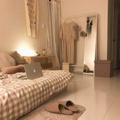 이사한 새 집을 소개합니다. :) @silver_yii.jpg . 제 방에 들어왔을 때 아늑하고 따뜻한 느낌이 좋아 이번 집도 화이트와 베이지톤을 적용해 보았어요. 이번 집은 바닥까지 화이트라 더 다양한 컬러로 도전해보고 싶었지만 취향은 쉽게 변하지…