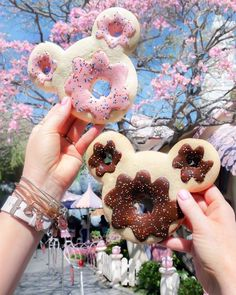 Just wishing & hoping Minnie will invite me in for afternoon tea and cookies with her at her house. The Mickey Donut sugar cookies… Disney Desserts, Disney Snacks, Disney Trips, Disney Recipes, Disney Dream, Cute Disney, Disney Magic, Mickey Disney, Mickey Mouse