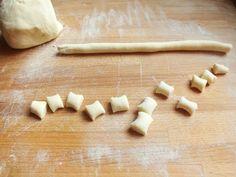 Gli gnocchi di ricotta sono un primo piatto facilissimo da realizzare. Hanno un sapore delicato e vanno accompagnati da un condimento piuttosto deciso.