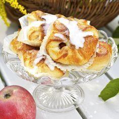 Evas äppelgömmor är kalljästa bullar med god fyllning av kanel och smörstekta äpplen. Foto Thomas Hjertén Doughnut, Pancakes, French Toast, Breakfast, Food, Morning Coffee, Pancake, Meals, Yemek