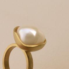 18 k gouden ring met barokke parel