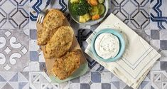 Crispy baked chicken thighs by the Greek chef Akis Petretzikis. Make easily and quickly a classic chicken recipe accompanied by steamed veggies! Greek Recipes, Raw Food Recipes, My Recipes, Classic Chicken Recipe, Crispy Baked Chicken Thighs, Boiled Vegetables, Chicken Thigh Recipes, Yum Yum Chicken, Kids Meals