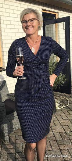Op de valreep van 2017 zette ik een mooie jurk in elkaar! Toen de KnipMode van Oktober 2017 hier op de mat lag dankzij een verjaa... Dress Paterns, Sewing Paterns, Diy Clothes, Clothes For Women, Plus Size Maxi, African Dress, Diy Fashion, Cool Style, Style Inspiration