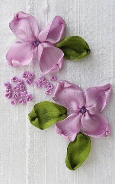 broderie au ruban, deux fleurs roses au ruban