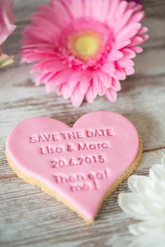 Personalisierte Fondanttaler für eure Hochzeit mit euren Namen und Datum.  Keksstempel sind in aller Munde. Jetzt kannst du deinen eigenen Keksbotschaften backen und verschenken.  Unsere...
