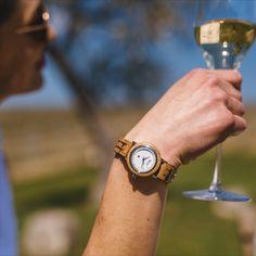 """Dieses zierliche Damenmodell hat seinen Namen von """"Grapevine"""" - dem englischen Begriff für Weinreben. Sie ist ebenso zart und fragil wie die Weinrebe selbst und wird aus echtem französischen Allier Eichenholz hergestellt. Das Barrique Weinfass diente lange Zeit für die Weinreifung französischer und österreichischer Weine und wird nun ganz innovativer Verwendung zugeführt: Nämlich für die Herstellung außergewöhnlich schöner Holzuhren. Wood Watch, Watches, Accessories, Fashion, Teeth, Gifts For Ladies, Wine Cask, Vineyard Vines, Wood Art"""