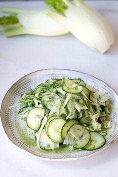 Hölskytetty fenkoli-kurkkusalaatti – Keittiössä, kotona ja puutarhassa | Meillä kotona Tasty, Yummy Food, Salad Recipes, Cucumber, Zucchini, Vegetables, Drinks, Vegetable Garden, Drinking