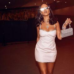 3 photos Rihanna in whhite dress ~ Rihanna Riri Rihanna Mode, Rihanna Riri, Rihanna Style, Rihanna Fashion, Rihanna Swag, Rihanna Outfits, Rihanna Dress, Estilo Fashion, Ideias Fashion