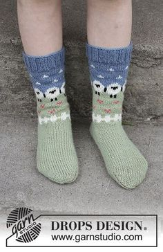 Summer grazing for kids / DROPS children - free knitting patterns by DROPS design Socks with multicolored pattern in DROPS flora. Sizes 24 - Free patterns by DROPS Design. Record of Knitting Wool ro. Kids Patterns, Knitting Patterns Free, Free Knitting, Knitting Socks, Free Pattern, Crochet Patterns, Crochet Baby Socks, Crochet Slipper Boots, Crochet Slippers