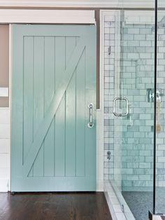 Salle de bains contemporaine avec porte de grange coulissante  http://www.homelisty.com/porte-de-grange/