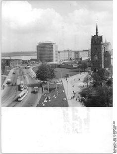 """http://www.app-in-die-geschichte.de/document/59261 Zentralbild Sturm Sta 7.6.1963 Rostock: Vom 7. bis 14. Juli findet die diesjährige Ostseewoche in der Ostseemetropole statt. UBz: Blick auf das neuerbaute """"Haus der Schiffahrt"""" und die Lange Straße. Rechts das historische Kröpeliner Tor."""