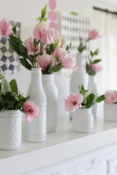 Klasse Idee, alte Flaschen und Marmeladengläser mit weißer Farbe besprühen und als Vasen benutzen. Sieht total niedlich aus (Diy Basteln)