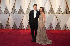 Jason Bateman, presenter, and Amanda Anka arrive on the red carpet. #redcarpet #Fashion #style #tuxedo