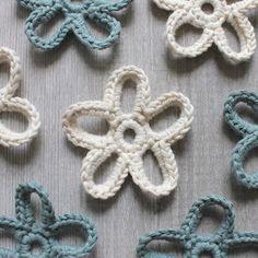 Hilde haakt: Kaartenslingers haken Crochet Wool, Diy Crochet, Big Knits, Crochet Flowers, Lana, Crochet Earrings, Crochet Patterns, Diy Crafts, Knitting