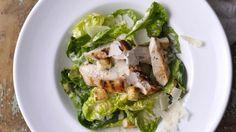 Klasický salát můžete doplnit kuřecím masem, čímž z něj vytvoříte výborný hlavní chod vhodný do teplých dní.