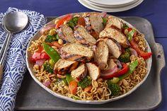 Utilisez votre barbecue pour cuire autre chose que des biftecks et des hot dogs. Dans cette recette, tous les ingrédients sont cuits sur le gril pour simplifier la préparation du repas et le nettoyage. Ramen Noodle Recipes, Ramen Noodles, Fried Vegetables, Chicken And Vegetables, Grilled Teriyaki Chicken, Healthy Chicken, Healthy Food, Cooking On The Grill, What's Cooking