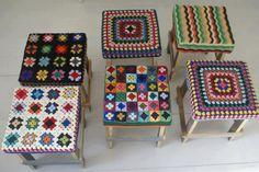 Crochet topped stool built out of recycled wood, by wood & wool Crochet Diy, Manta Crochet, Crochet Home Decor, Love Crochet, Crochet Granny, Learn To Crochet, Crochet Paisley, Yarn Bombing, Guerilla Knitting