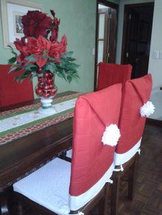 Mesa com caminho e arranjo de Natal