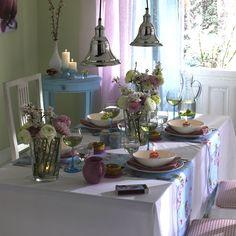 Tischdeko: Frühlingsfrisch mit Blüten gedeckt