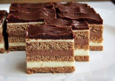 Prajitura poloneza - un desert de casa cu foi fragede, crema si glazura de ciocolata. Nu ai nevoie de multa indemanare in bucatarie pentru.. Romanian Desserts, Romanian Food, No Bake Desserts, Dessert Recipes, Dessert Shots, Croatian Recipes, Cake Bars, Food Cakes, Something Sweet